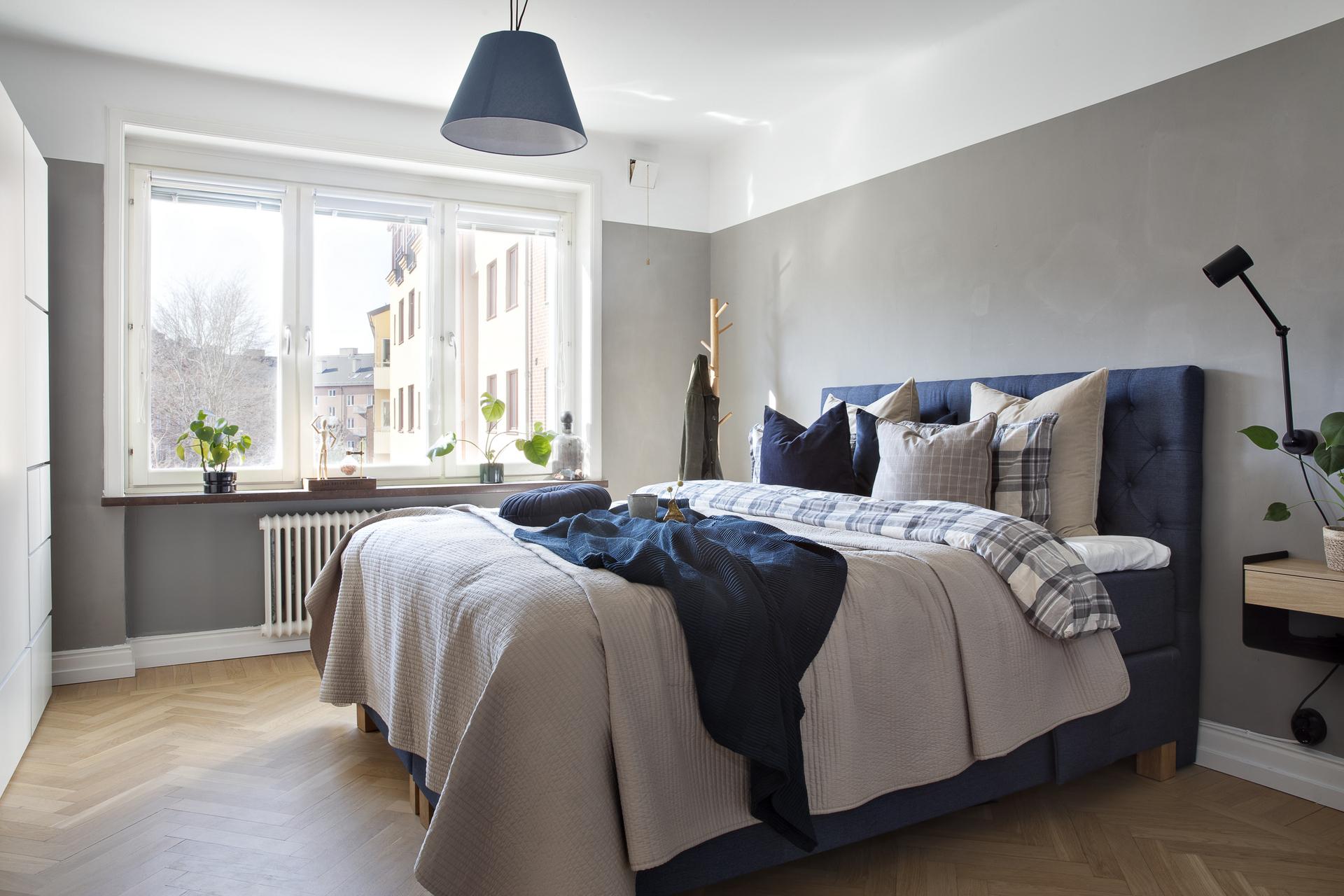 Sovrum 1 erbjuder gott om plats för både dubbelsäng och förvaringsmöbler
