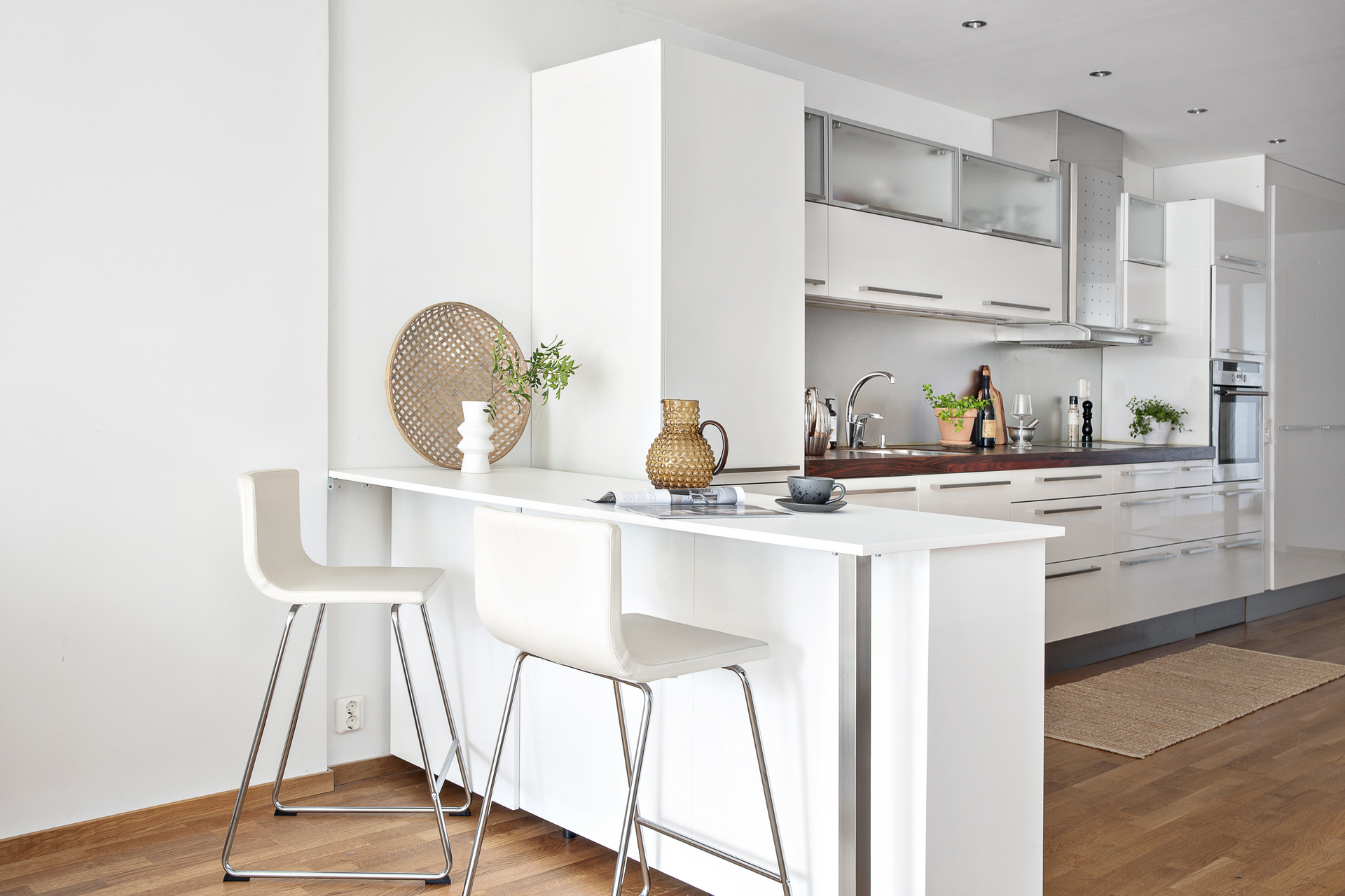 Köket erbjuder en köksö med plats för förvaring och barsittning