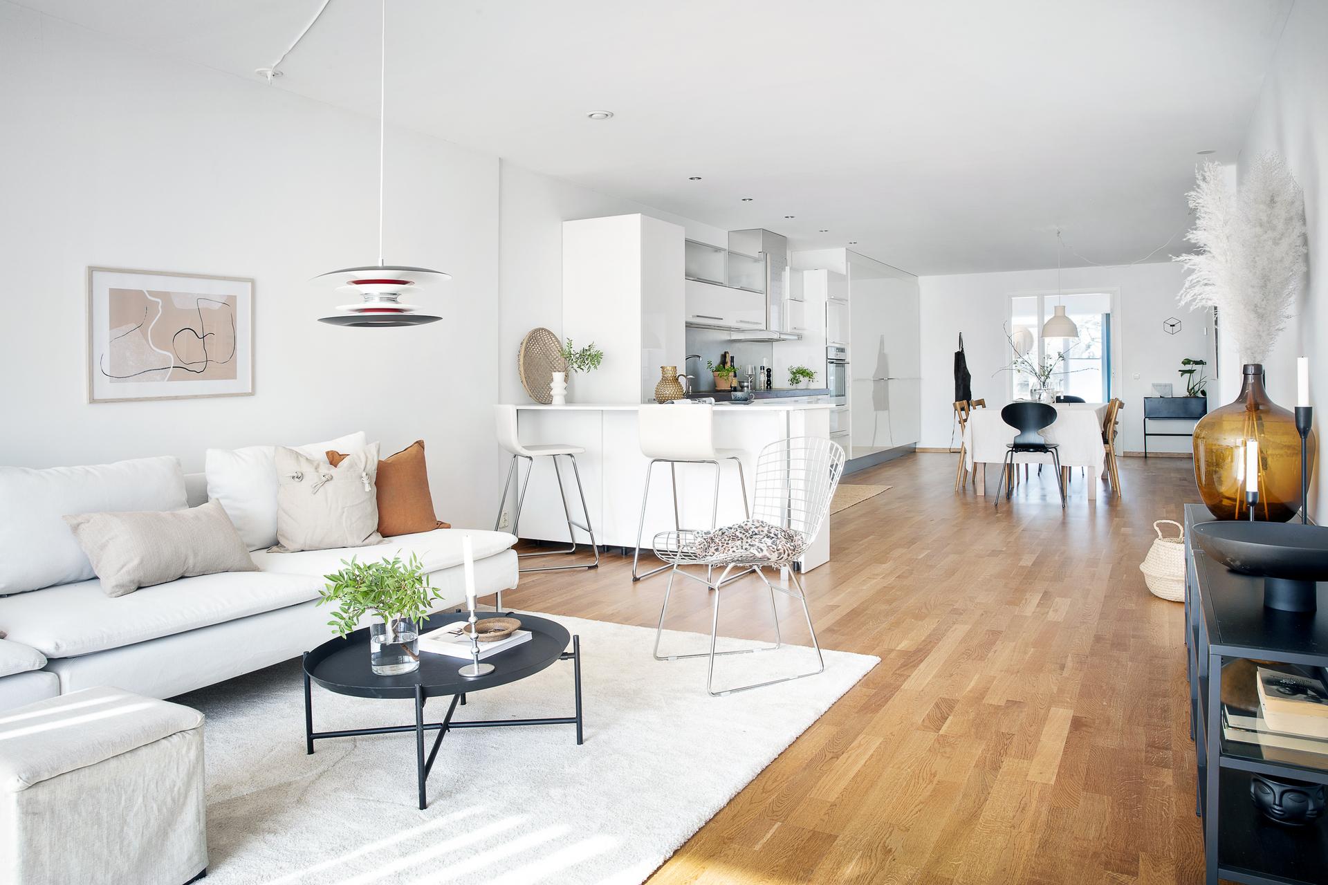 Öppen planlösning med vardagsrum, matplats och kök