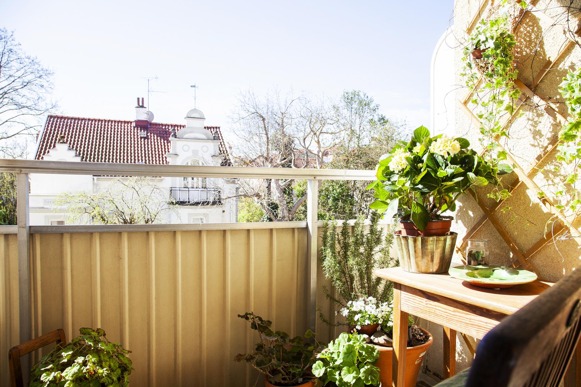 Balkong med utsikt i fritt söderläge över villakvarter