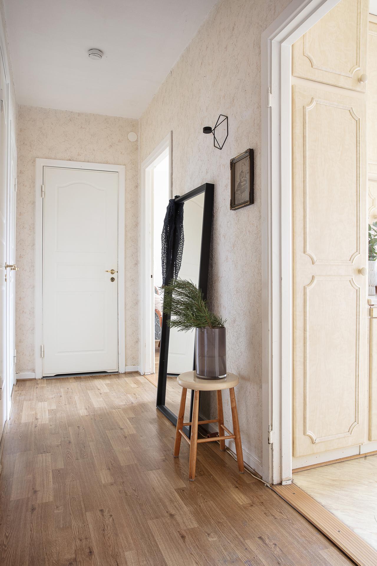 Hallen med vy in mot köket och sovrummet