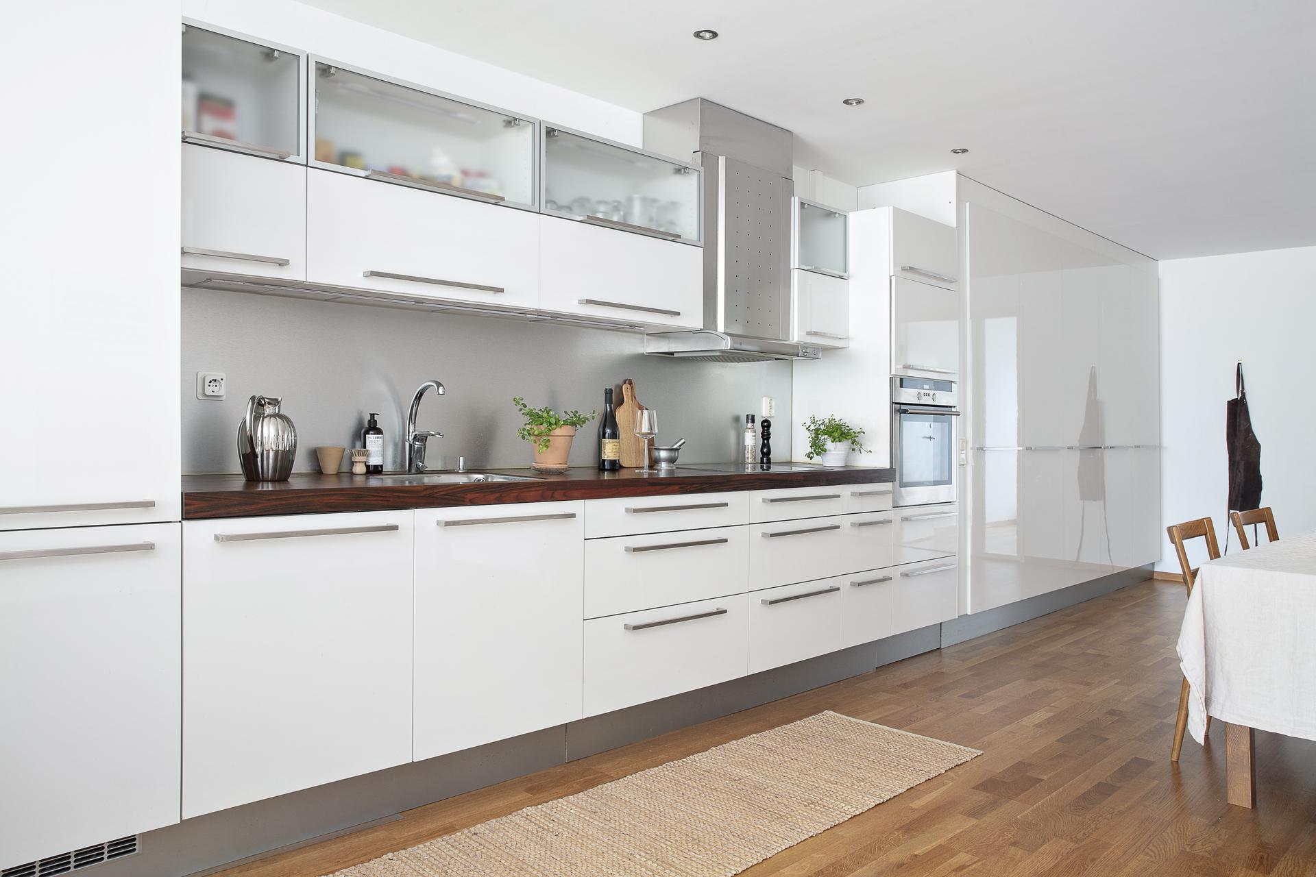 Kök med gott om plats för förvaring och bra med arbetsytor