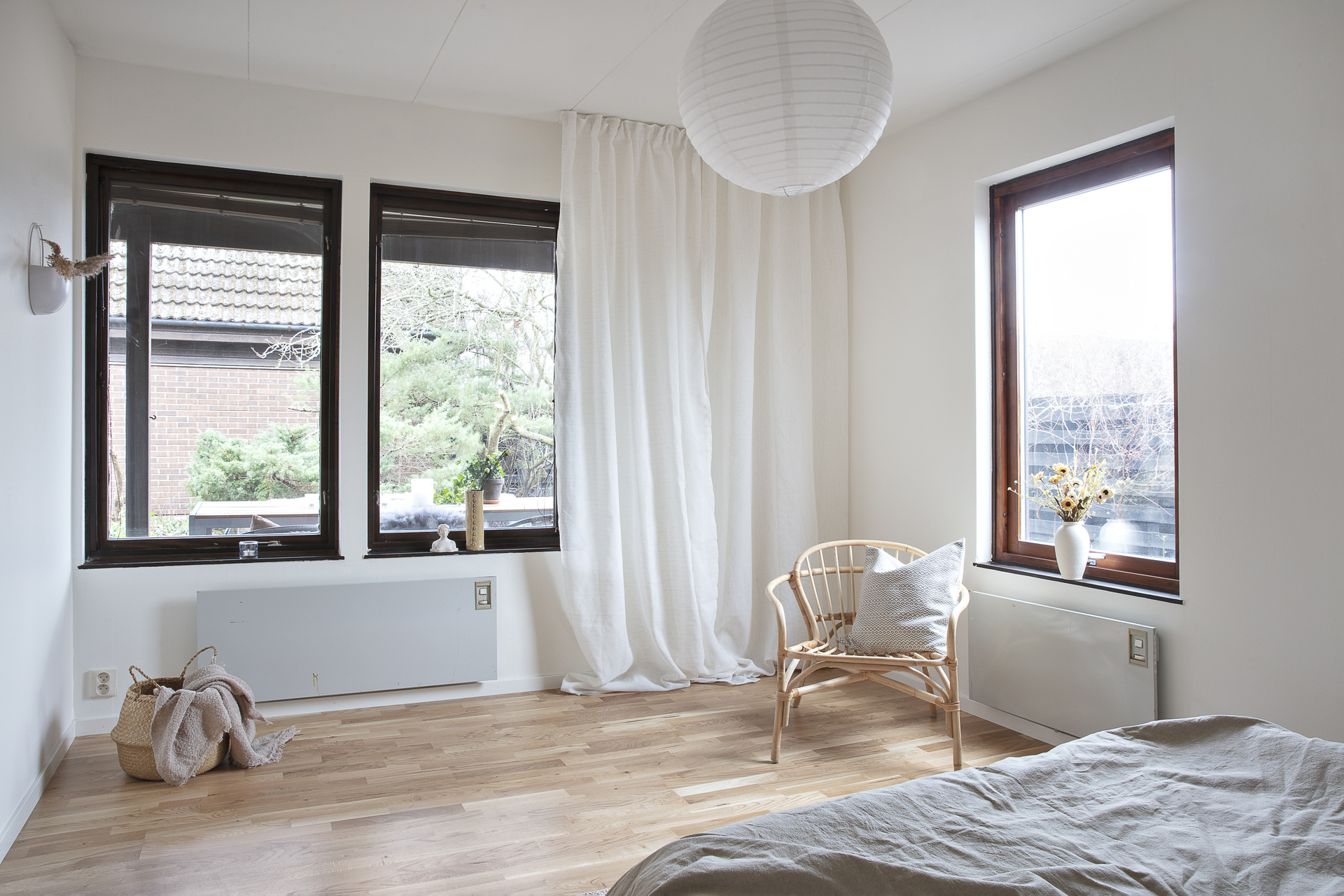 Rummet som ligger i anknytning till vardagsrummet har fönster i två väderstreck