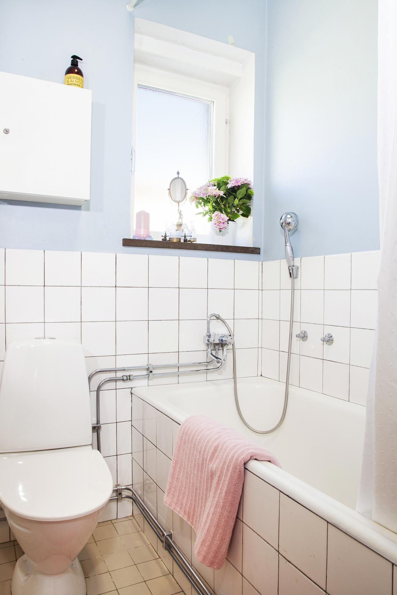 Här finns bl.a. inkaklat badkar och fönster för både ljusinsläpp och vädring