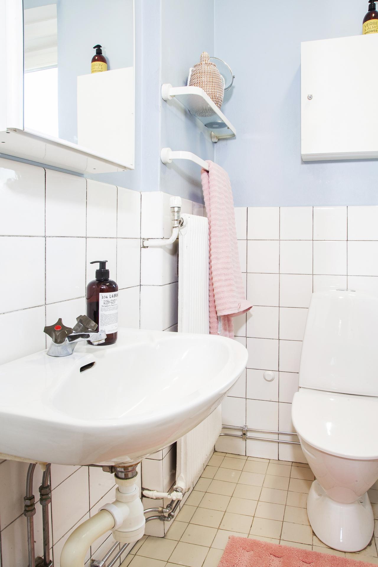 Badrummet som är halvkaklat är i originalutförande