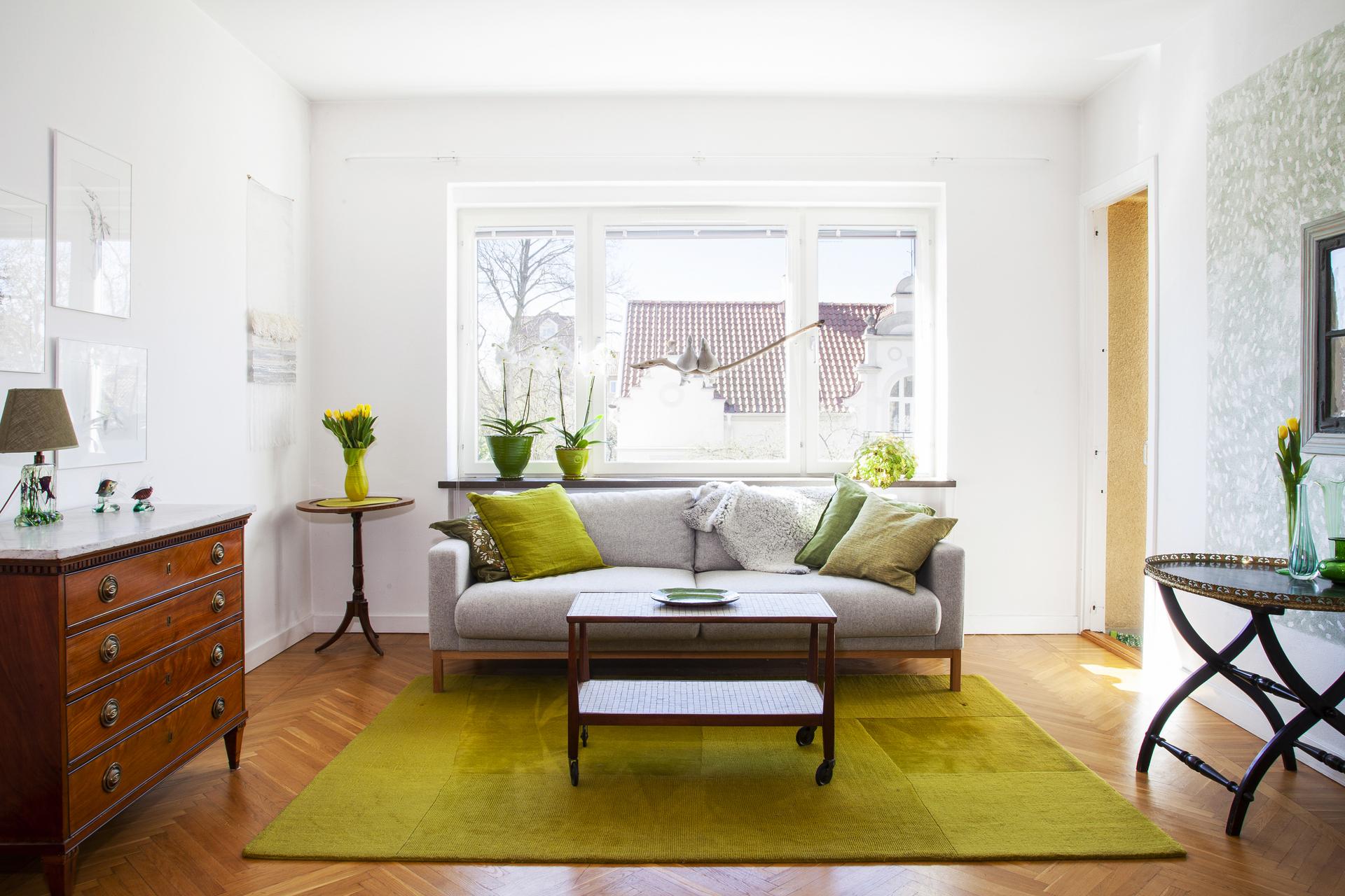 Med fönster i söder så flödar ljuset rikligt in i lägenheten