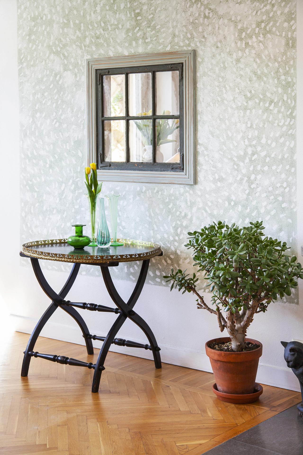 Detalj - i väggen mellan köket och vardagsrummet har ägaren satt in ett fönster