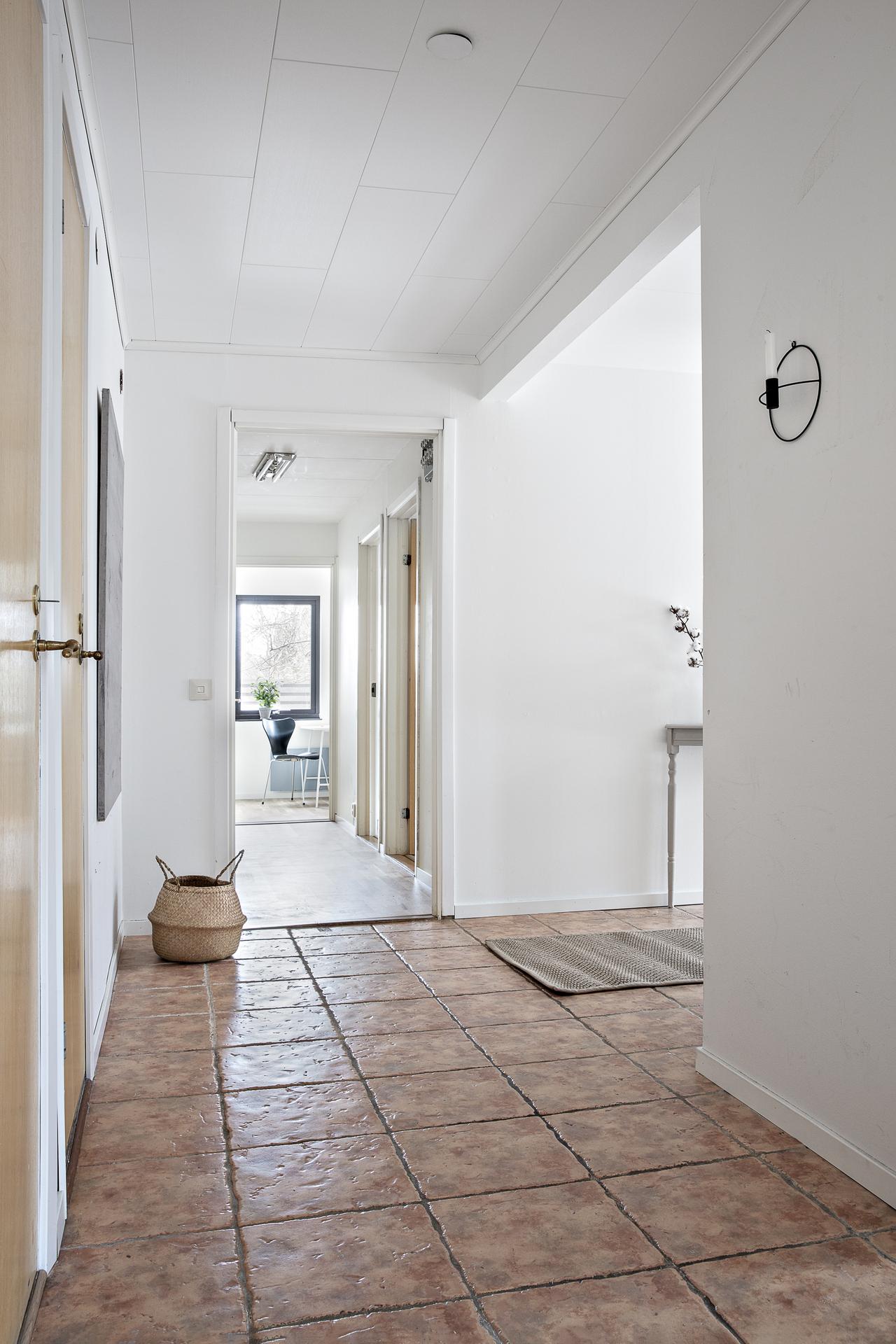 Från vardagsrummet och in i den privata delen med bl.a. sovrum 1 - 3