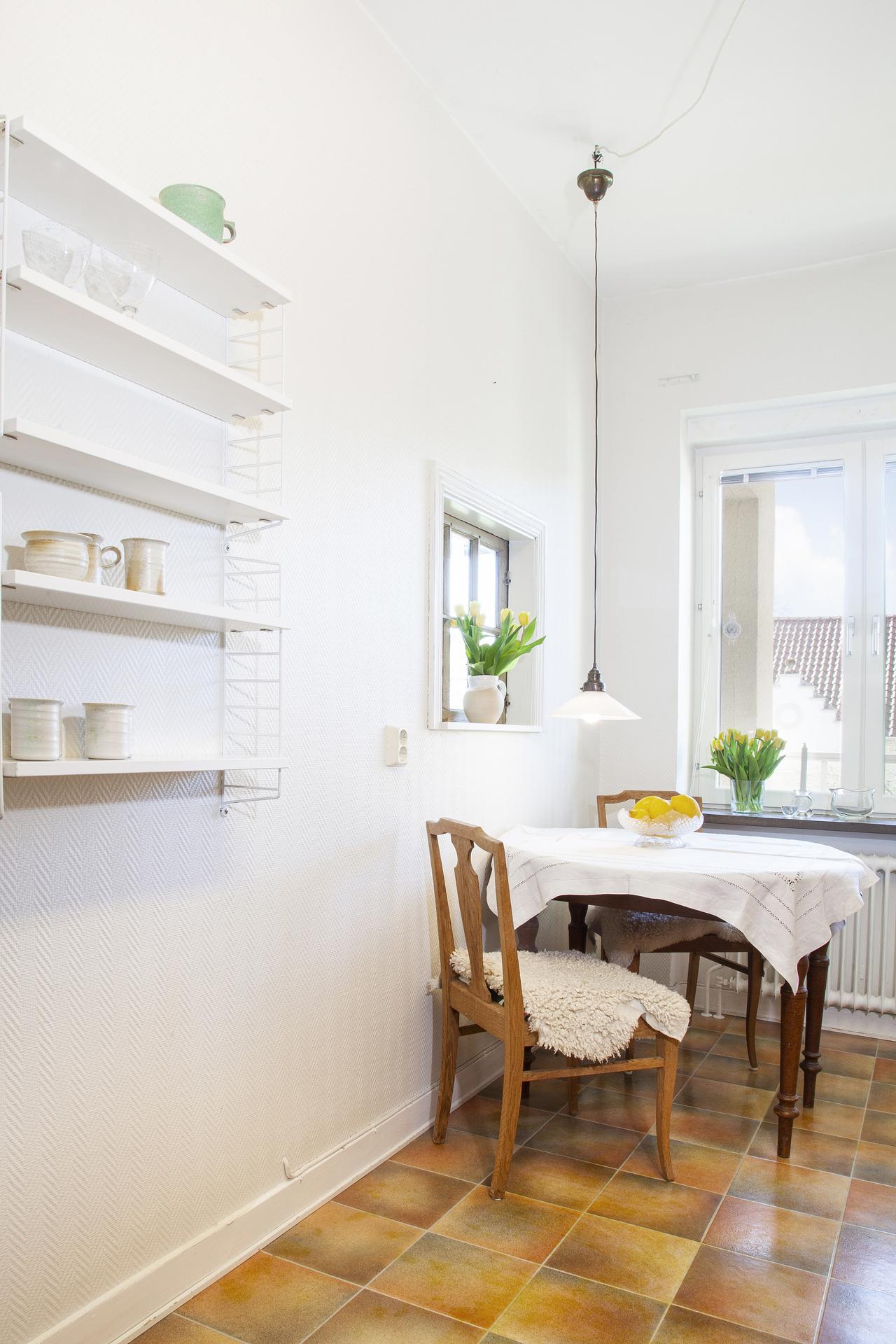 Åt andra hållet sett med rum för en mindre matplats varifrån man har access in mot vardagsrummet via fönster i väggen