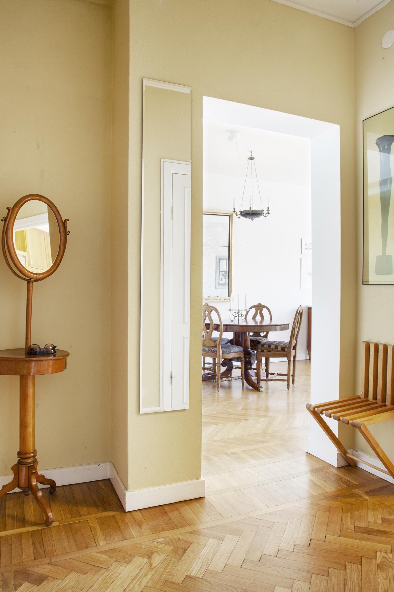 Hallen erbjuder två garderober och ett städskåp samt en vägghängd utfällbar stol