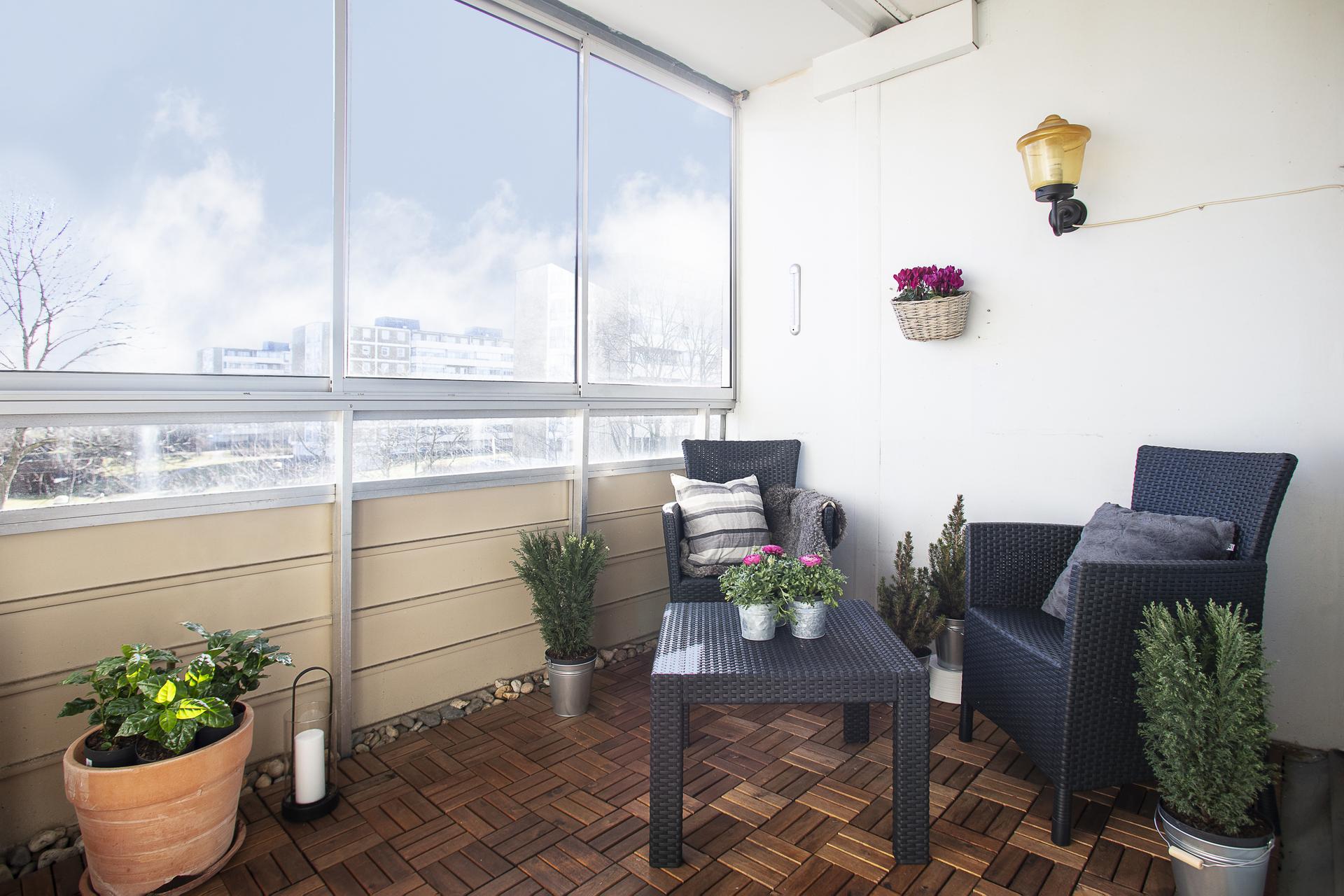 Den inglasade balkongen har trätrall på golvet
