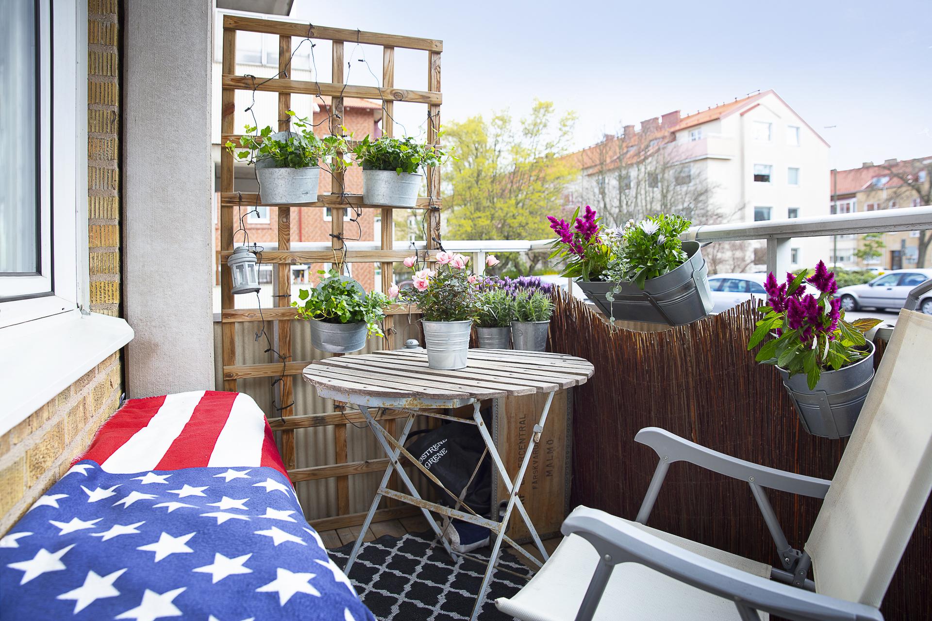 Balkongen erbjuder plats för både möblemang och plantering