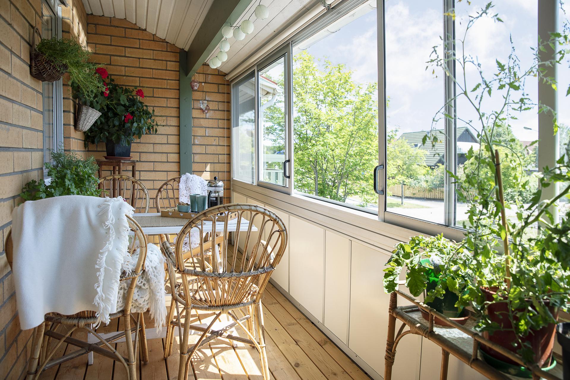 Balkongen erbjuder utsikt över villaområdet