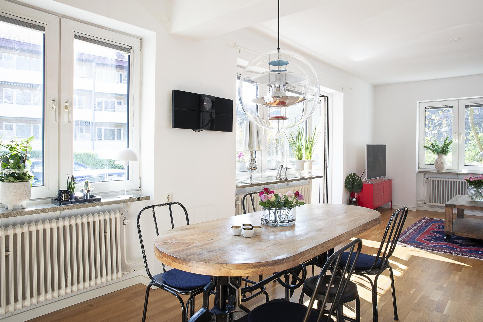 Matplatsen ligger i öppen planlösning med köket samt vardagsrummet