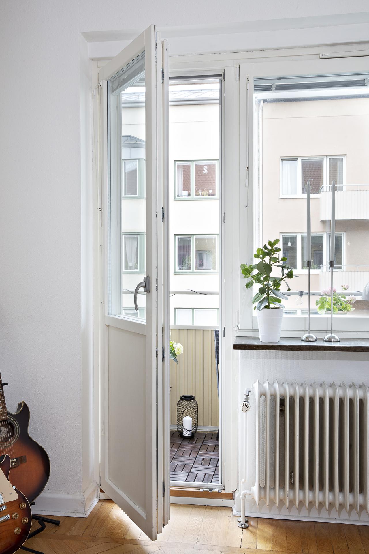 Här har vi fönster som vetter mot söder och utgång till balkongen