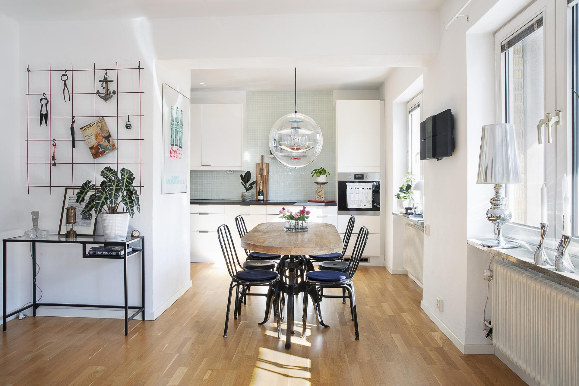 Matplatsen strålar av ljus ifrån fönster i kök och vardagsrum