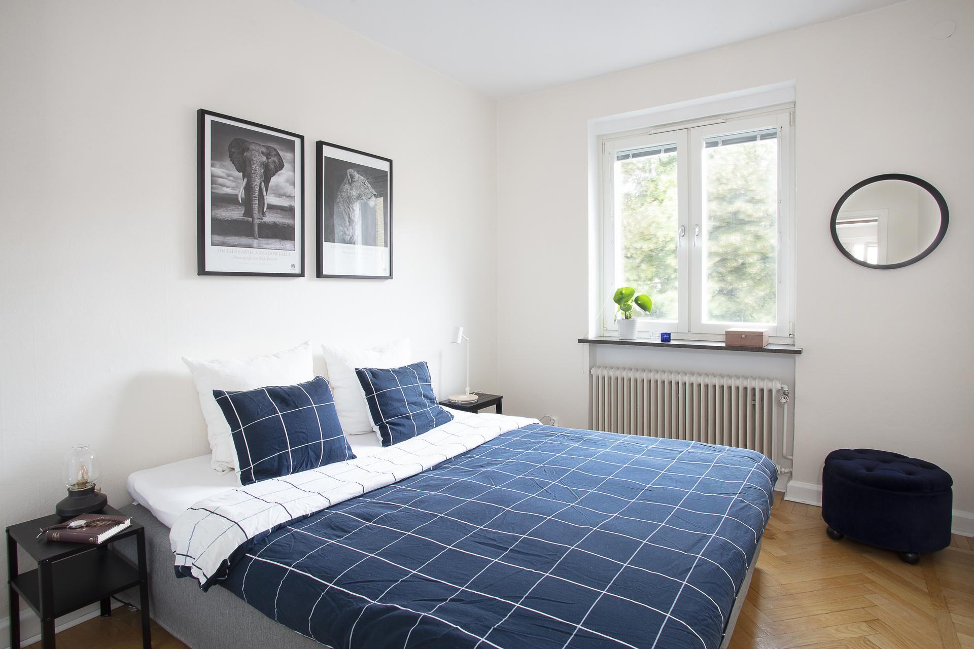 Rymligt sovrum med plats för dubbelsäng och ytterligare möblemang