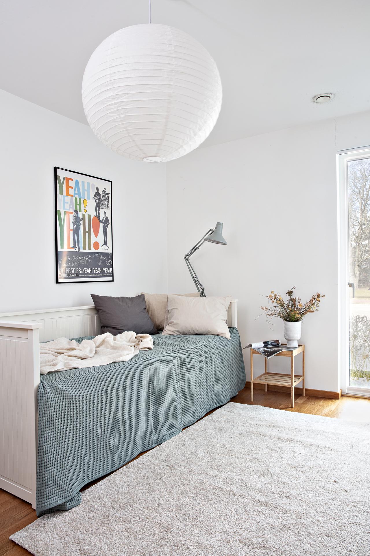 Rummet har gott om plats för både säng och t.ex. skrivbord